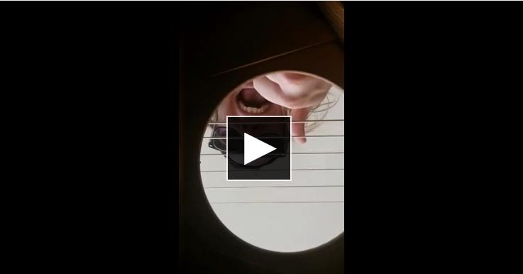 Il met une caméra dans sa guitare, les images vont vous surprendre…