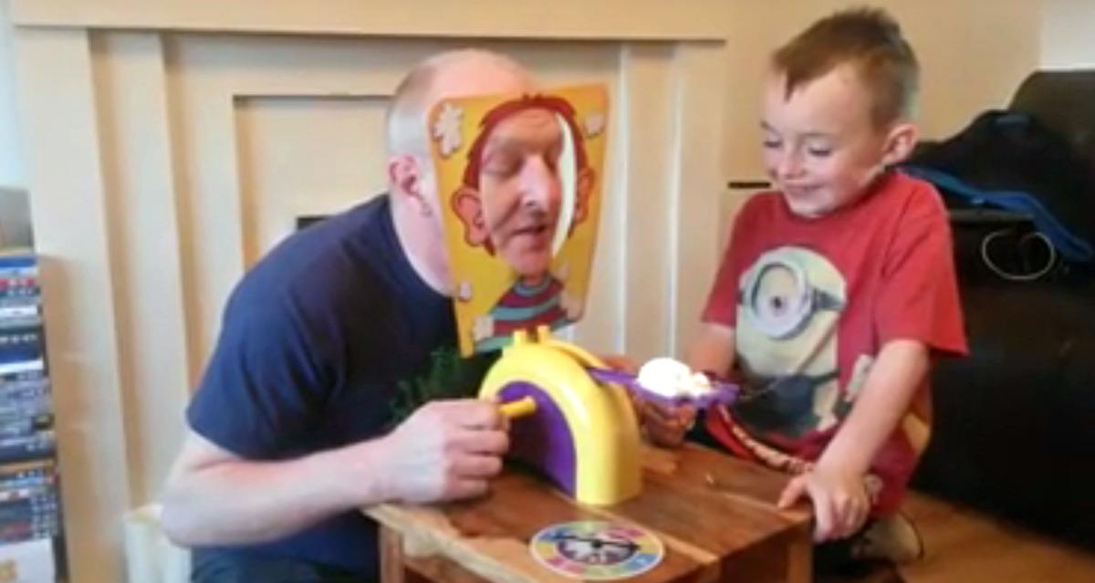 Un père et son fils jouent à Pie Face un jeu hilarant